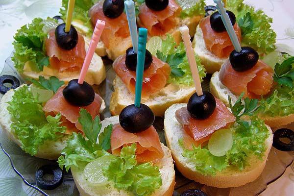 Праздничные бутерброды можно сделать из обычных продуктов, а выглядеть на праздничном столе они будут очень красиво и эффектно.